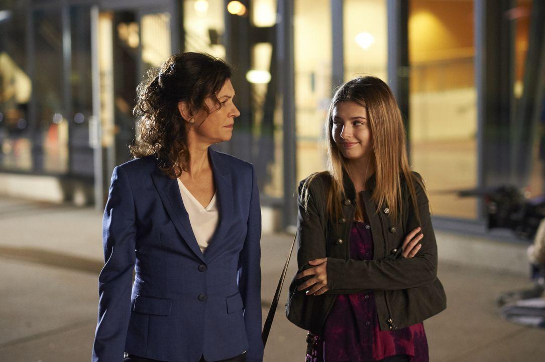 Dana (Wendy Crewson, l.) muss sich um ihre Tochter kümmern, nachdem Mollys (Eliana Jones, r.) erster Tag im Krankenhaus anders verläuft als erhofft... - Bildquelle: Ken Woroner 2014 Hope Zee Three Inc.