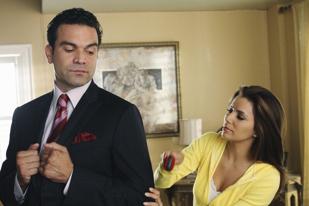 Gaby (Eva Longoria, r.) sorgt sich um Bobs Verhalten gegenüber Carlos (Ricardo Antonia Chavira, l.), während Bree sich eingestehen muss, dass sie du... - Bildquelle: ABC Studios