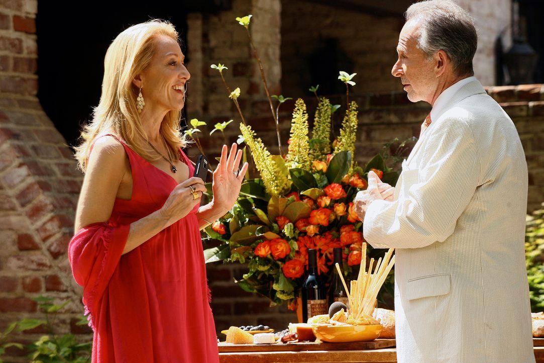 Holly (Patricia Wettig, l.) unterhält sich während der Eröffnungsfeier ihres Weingutes mit Saul Holden (Ron Rifkin, r.). - Bildquelle: Disney - ABC International Television