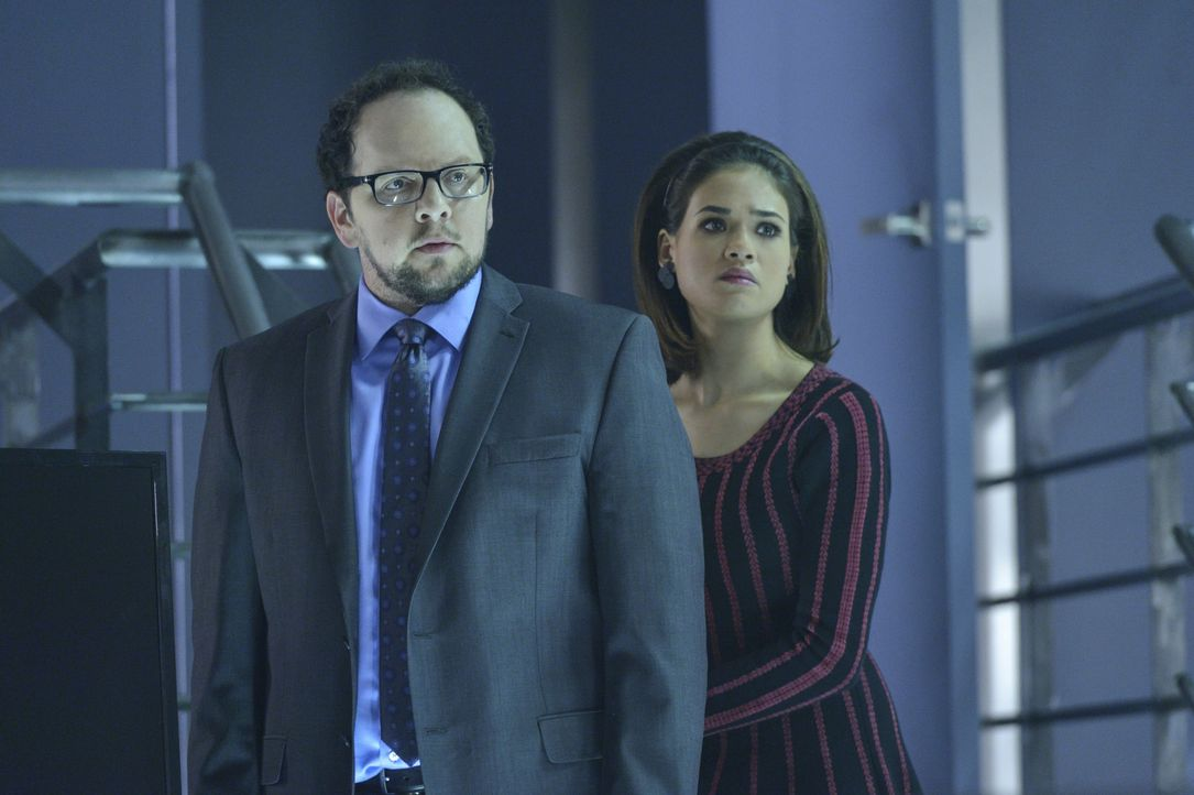 Um Vincent davor zu bewahren, durch Graydal Securities entlarvt zu werden, wollen sich J.T. (Austin Basis, l.) und Heather (Nicole Gale Anderson, r.... - Bildquelle: Ben Mark Holzberg 2016 The CW Network. All Rights Reserved.