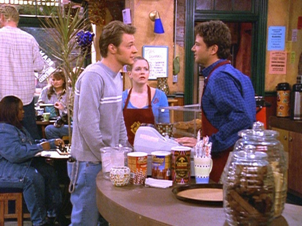 Harvey (Nate Richert, l.) und Josh (David Lascher, r.) konkurrieren um Sabrinas Gunst. - Bildquelle: Paramount Pictures