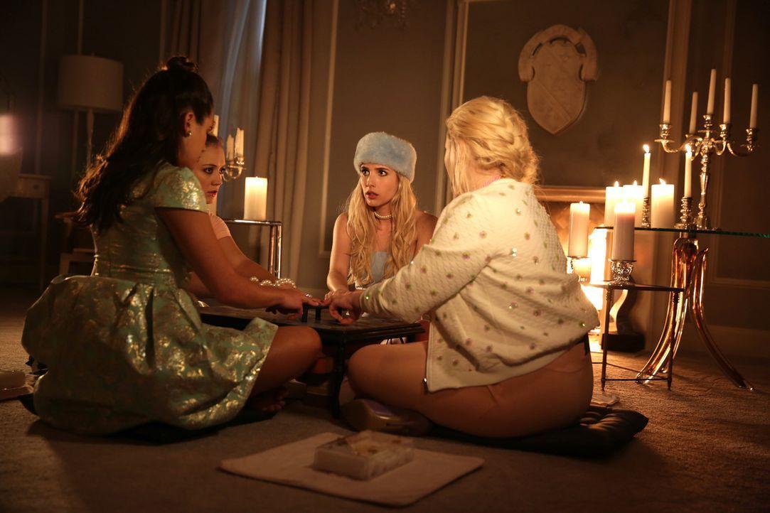 Erhalten bei der Kommunikation mit Chanel #2 über ein Ouija Brett erschreckende Informationen: (v.l.n.r.) Hester (Lea Michele), Chanel #3 (Billie Lo... - Bildquelle: 2015 Fox and its related entities.  All rights reserved.