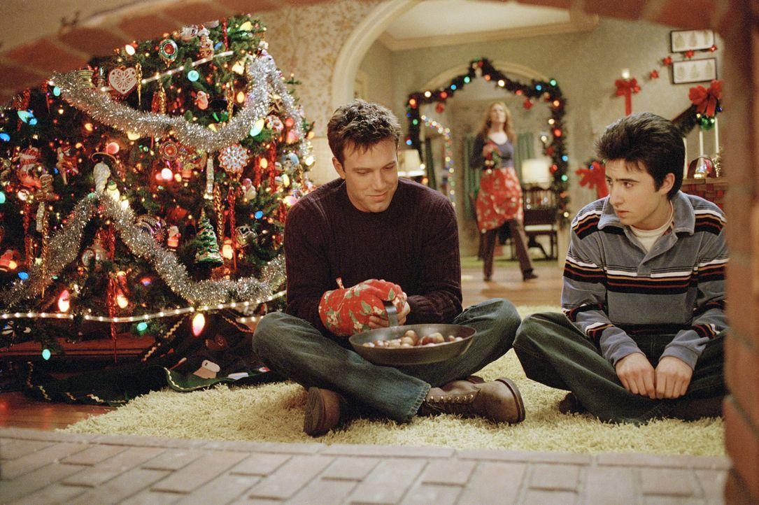 Weihnachten steht vor der Tür. Drew Latham (Ben Affleck, l.) ist am rotieren, denn gerade jetzt hat ihn seine Freundin verlassen. Doch Drew hat eine... - Bildquelle: Susanne Tenner Telepool GmbH / Susanne Tenner