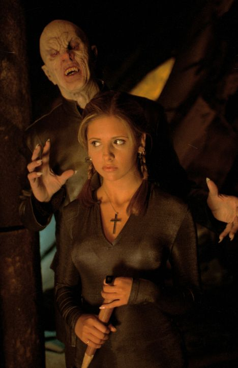 Der Meister der Vampire (Mark Metcalf, l.) will Buffy (Sarah Michelle Gellar, r.) besiegen ... - Bildquelle: TM +   2000 Twentieth Century Fox Film Corporation. All Rights Reserved.