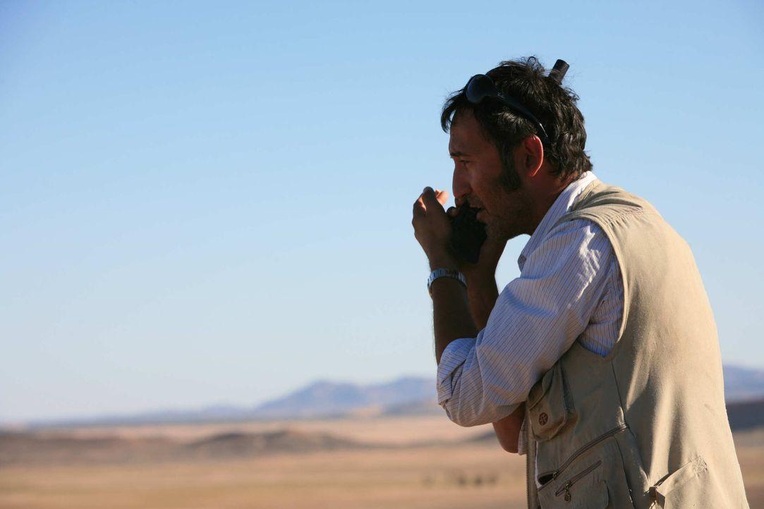 Mitten in der Wüste versucht Tarif (Ercan Durmaz) verzweifelt über sein Satellitentelefon die deutschen Behörden zu warnen. Viel Zeit bleibt ihm... - Bildquelle: Sife Elamine und Claudia Rump SAT.1