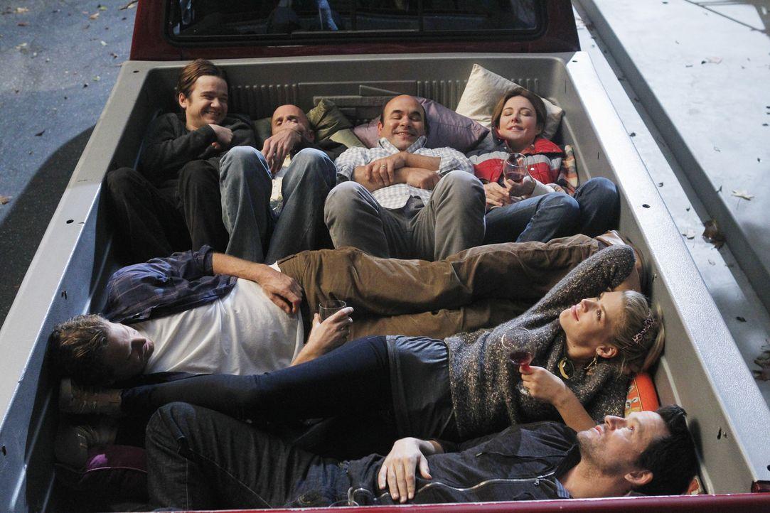 Sardinen in der Dose: (vorne l. im Uhrzeigersinn) Bobby (Brian Van Holt), Travis (Dan Byrd), Tom (Robert Clendenin), Andy (Ian Gomez), Ellie (Christ... - Bildquelle: 2010 ABC INC.