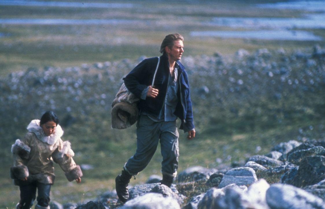 Wie durch ein Wunder haben Charlie Halliday (Barry Pepper, r.) und Kanaalaq (Annabella Piugattuk, l.) den Flugzeugabsturz überlebt, doch auf Hilfe... - Bildquelle: Overseas Filmgroup