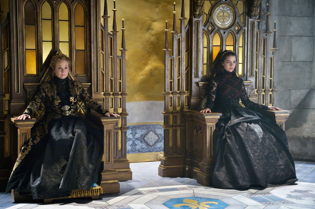 Als im Schloss eine Notsituation ausbricht, können sich Mary (Adelaide Kane, r.) und Catherine (Megan Follows, l.) nicht auf eine Vorgehensweise ein... - Bildquelle: Ben Mark Holzberg 2014 The CW Network, LLC. All rights reserved.