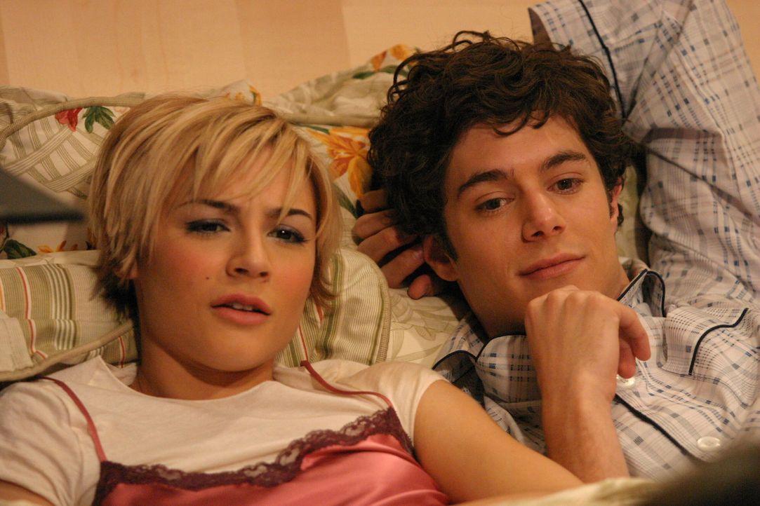 Sind von Summer, die ständig stört, ziemlich genervt: Anna (Samaire Armstrong, l.) und Seth (Adam Brody, r.) ... - Bildquelle: Warner Bros. Television