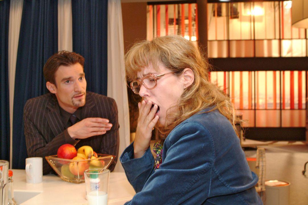 Richard (Karim Köster, l.) beobachtet, wie das Mittel, das er in das Getränk von Lisa (Alexandra Neldel, r.) gemischt hat, allmählich zu wirken b... - Bildquelle: Monika Schürle Sat.1