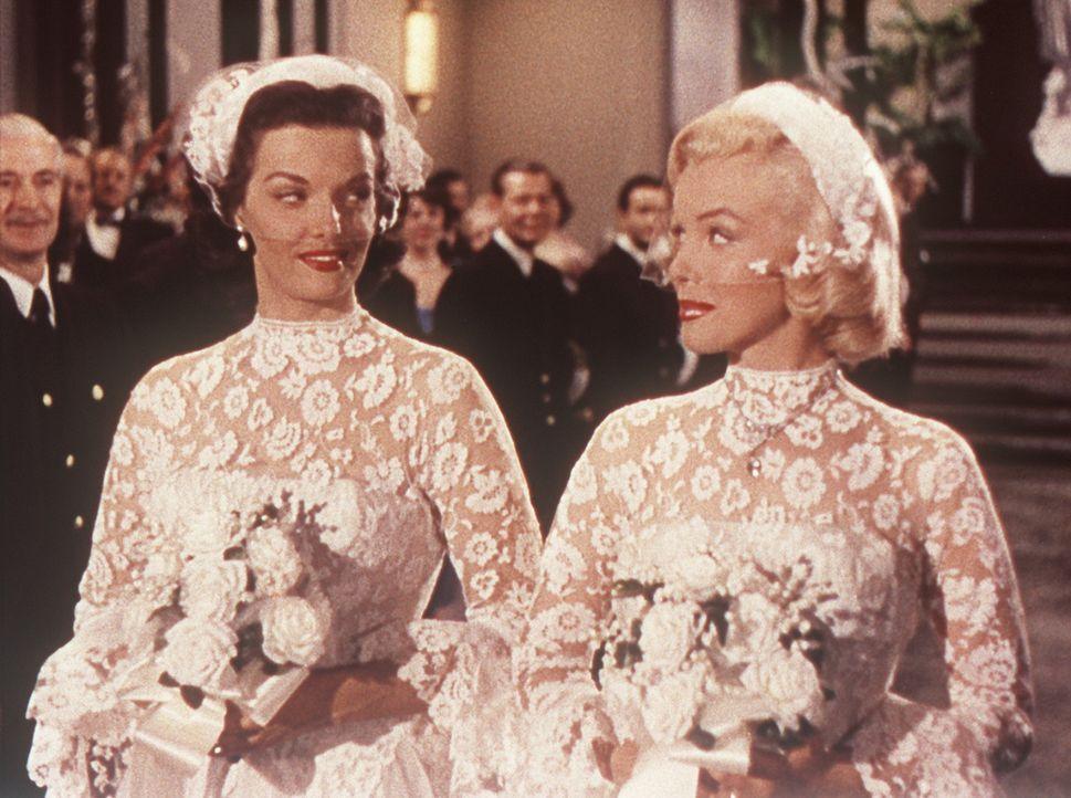 Am Ende kommen Lorelei (Marilyn Monroe, r.) und ihre Freundin Dorothy (Jane Russell, l.) doch noch beide unter die Haube ... - Bildquelle: 20th Century Fox Film Corporation