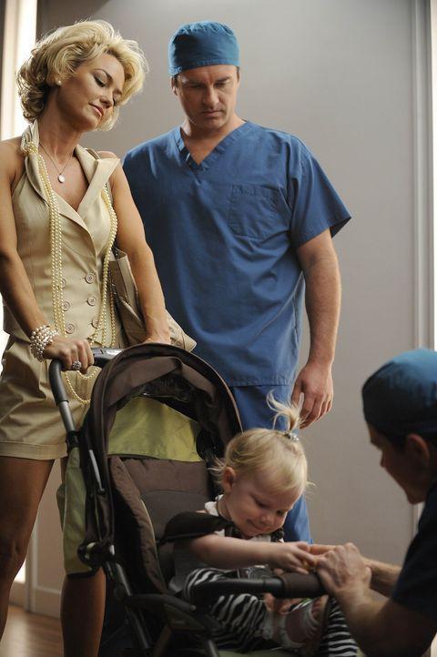 Kimber (Kelly Carlson, hinten l.) taucht erneut mit Jenna in der Praxis auf und möchte, dass Christian (Julian McMahon, hinten r.) noch einmal eine... - Bildquelle: Warner Bros. Entertainment Inc. All Rights Reserved.