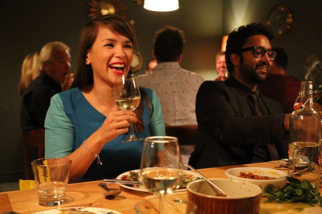 Dinner mit guten Freunden: Manchmal geht Rachel Khoo (l.) mit ihren Freunden ins Restaurant und schaut sich ganz nebenbei interessante Rezepte ab ... - Bildquelle: Richard Hill BBC 2013
