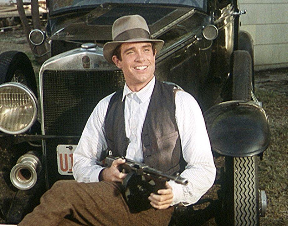 Der Kleinganove Clyde (Warren Beatty) erfüllt sich den Traum von Freiheit und Reichtum - jedoch jenseits von Recht und Ordnung ... - Bildquelle: Warner Bros.