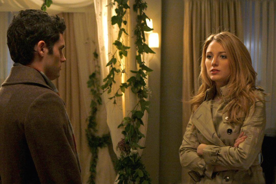 Serena (Blake Lively, r.) wird von Aaron nach Buenos Aires eingeladen. Obwohl sie Dan (Penn Badgley, l.) noch liebt, beschließt sie, sich auf Aaron... - Bildquelle: Warner Brothers