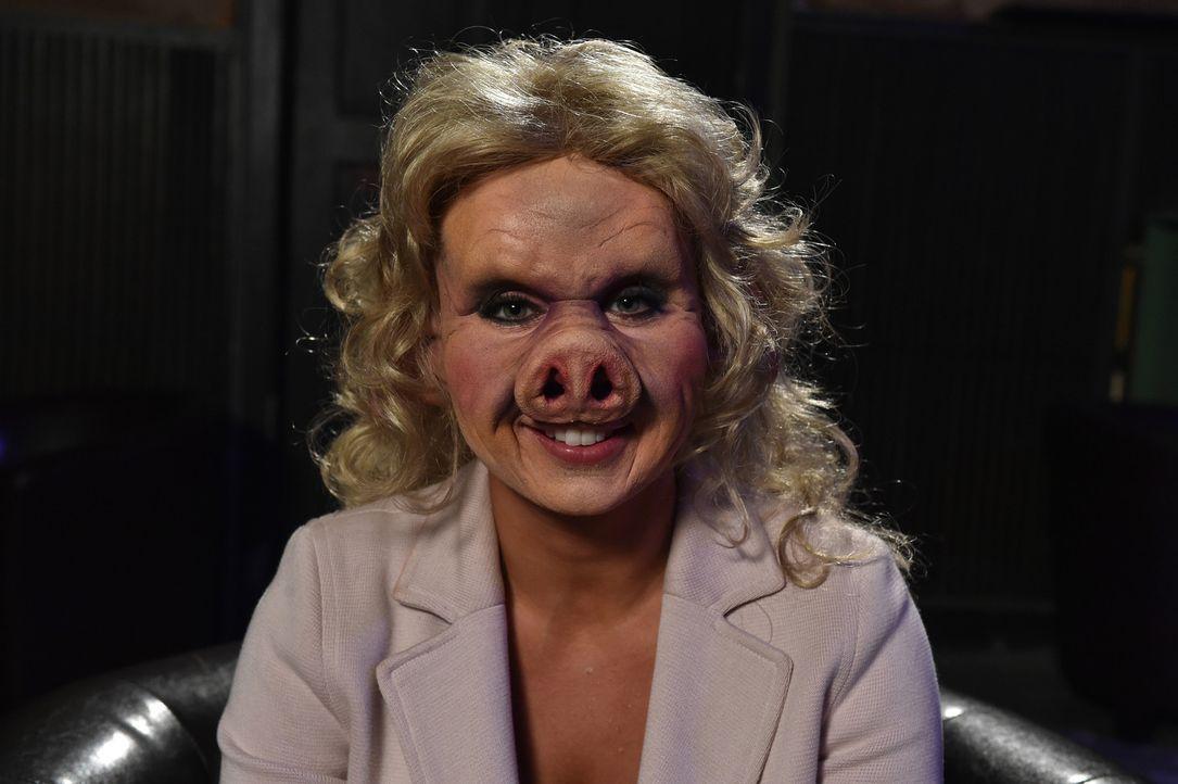 Sarah fühlt sich falsch verstanden, denn sie ist eigentlich gar nicht die Tussi, für die sie alle halten. Als Schwein kann sie jetzt endlich zeigen,... - Bildquelle: Andre Kowalski Sixx