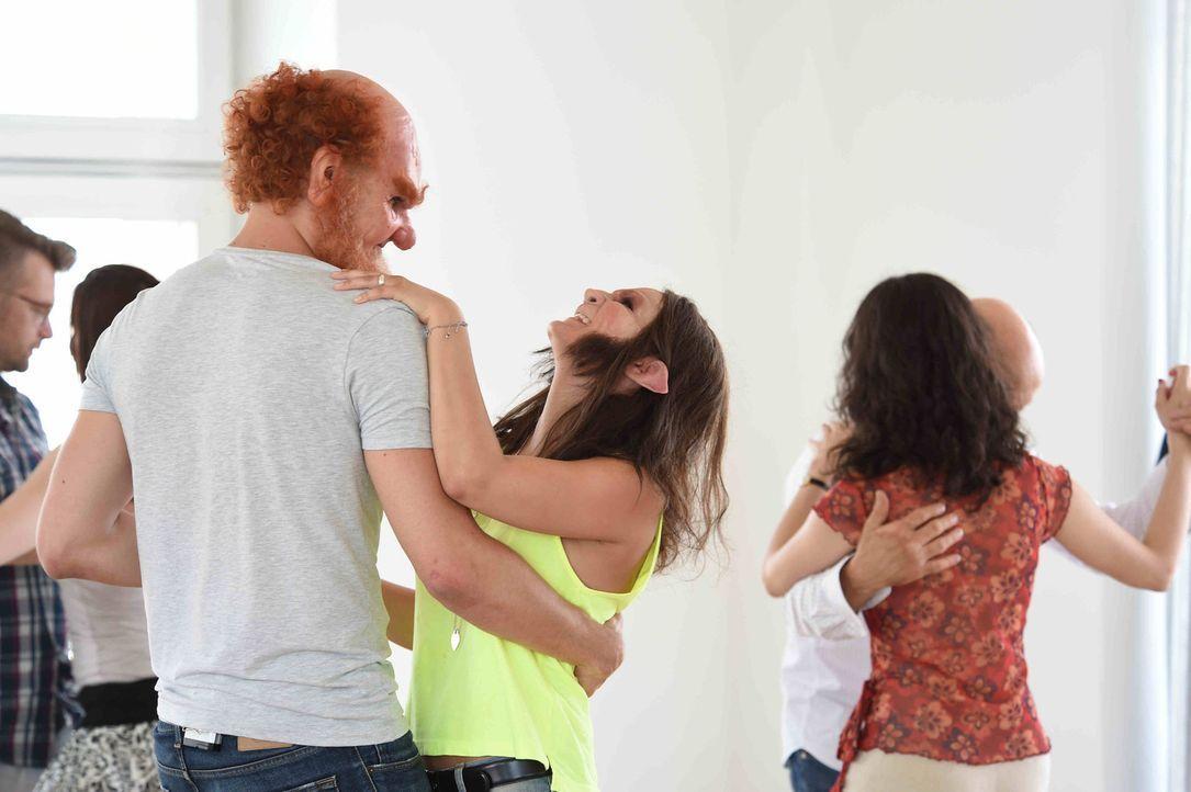 Kann Tobi (l.) die Werwölfin Conny (r.) mit einem Tanz von sich überzeugen? - Bildquelle: Andre Kowalski sixx