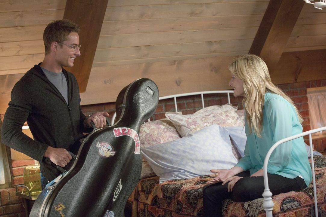 Will (Justin Hartley, l.) hat sich zu Emilys (Mamie Gummer, r.) Geburtstag etwas ganz Besonderes einfallen lassen ... - Bildquelle: Jack Rowand 2012 The CW Network, LLC. All rights reserved.