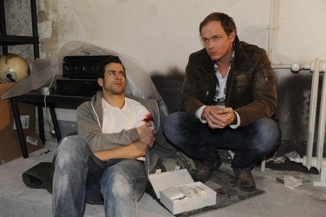 Michael (Andreas Jancke, l.) wird von Jens (Michael Starkl, r.) notdürftig verarztet und erfährt zum ersten Mal die ganze Wahrheit. Michael wirkt... - Bildquelle: SAT.1