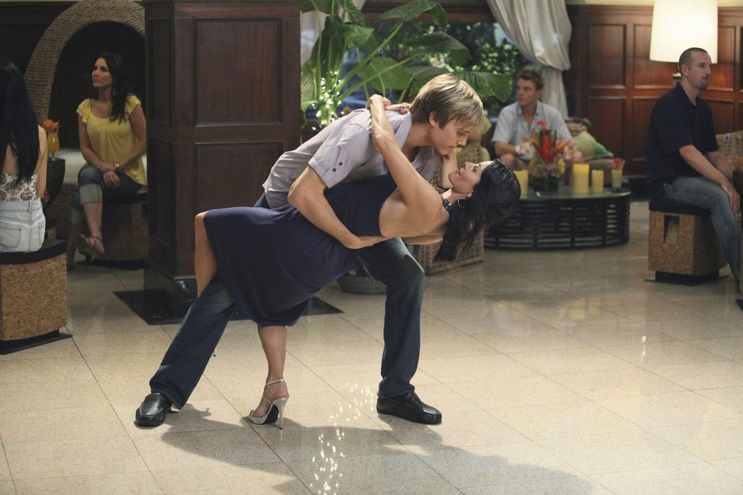 Genießen den gemeinsamen Tanz: Jules (Courteney Cox, r.) und Trent (Alex Schemmer, l.) ... - Bildquelle: 2009 ABC INC.