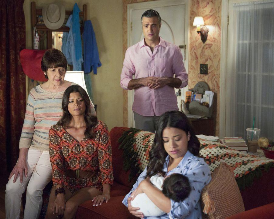 Während Petra hin und hergerissen ist, da sie nicht weiß, was sie mit Rafaels Samenproben machen soll, sind Jane (Gina Rodriguez, r.), Xo (Andrea Na... - Bildquelle: Patrick Wymore 2015 The CW Network, LLC. All Rights Reserved.