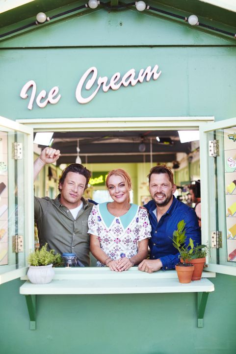 (v.l.n.r.) Jamie Oliver; Lindsay Lohan; Jimmy Doherty - Bildquelle: David Loftus 2016 Jamie Oliver Enterprises Limited; photography David Loftus