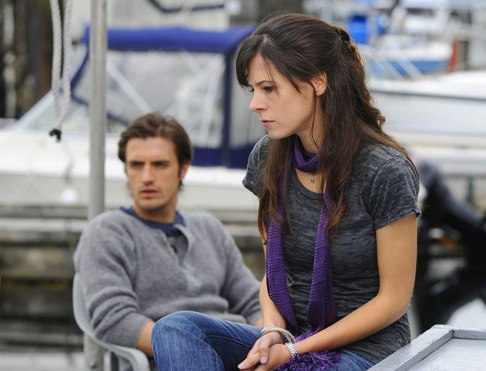 Als Abby (Elaine Cassidy, vorne) nach Jahren auf Jimmy (C.J. Thomason, hinten) trifft, erschrickt er die junge Frau fürchterlich, so dass sie nun n... - Bildquelle: 2009 CBS Studios Inc. All Rights Reserved.