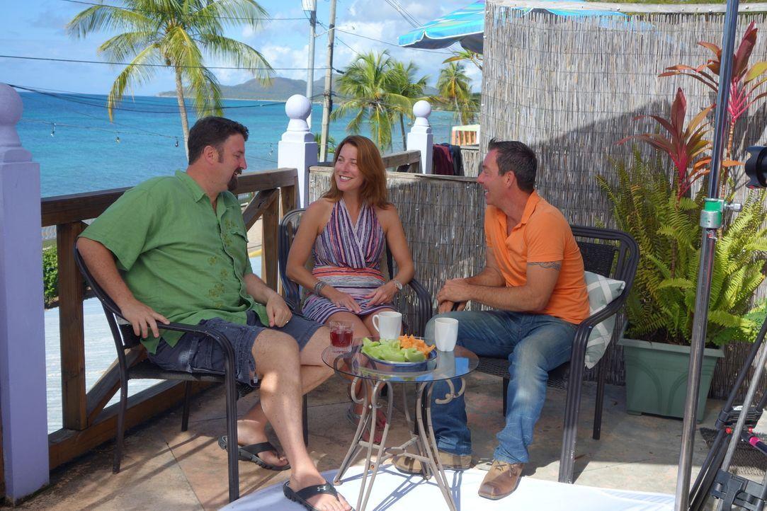 Jolyon (l.) und Sarah (M.) suchen ein Haus in Puerto Rico, doch ihre unterschiedlichen Vorstellungen machen es Makler Thom Denton (r.) nicht gerade... - Bildquelle: 2014, HGTV/Scripps Networks, LLC. All Rights Reserved.