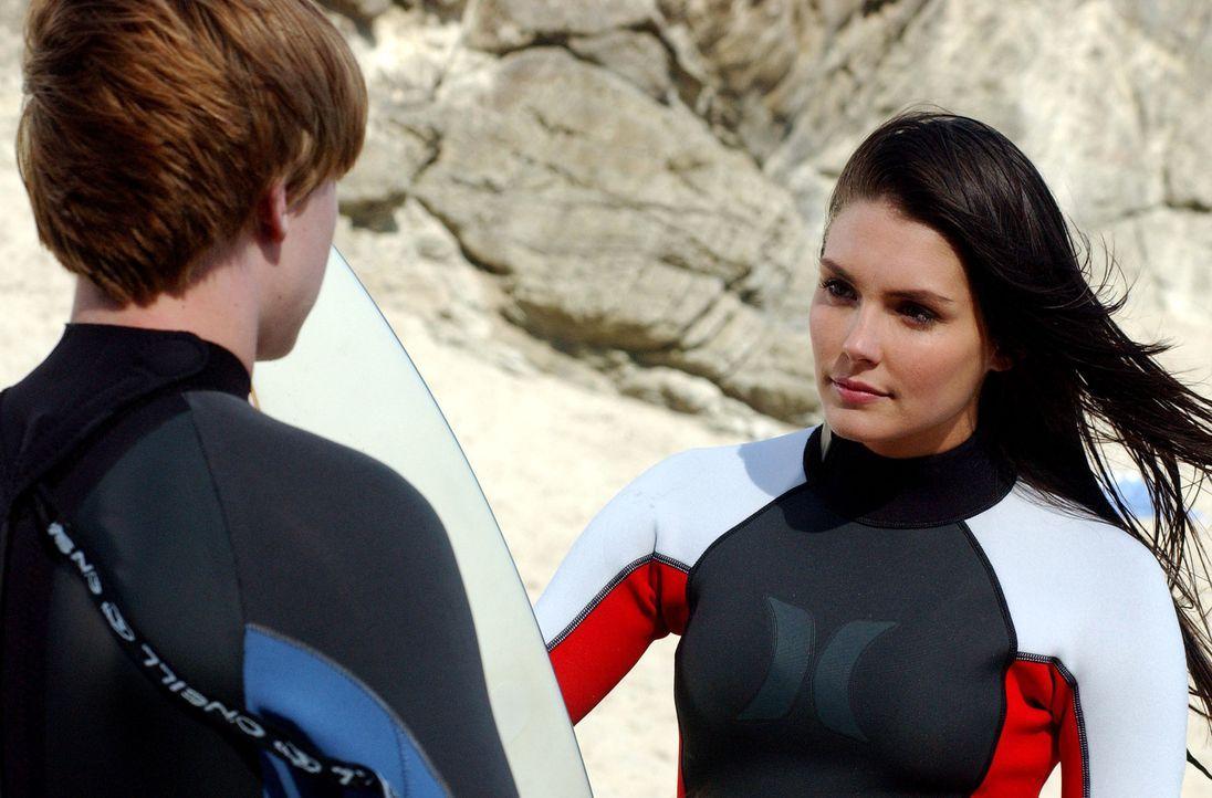 Bradin (Jesse McCartney, l.) hat begriffen, dass er Erika (Taylor Cole, r.) für den Moment verloren hat. So verbringt er seine Zeit alleine, in dem... - Bildquelle: CBS Television