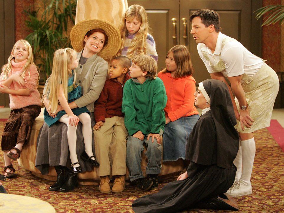 """Die vier Freunde Will, Jack (Sean Hayes, r.), Grace (Debra Messing, 3.v.l.) und Karen (Megan Mullall, 2.v.r.) sind ganz aufgeregt. Das """"Sound of Mus... - Bildquelle: Chris Haston NBC Productions"""
