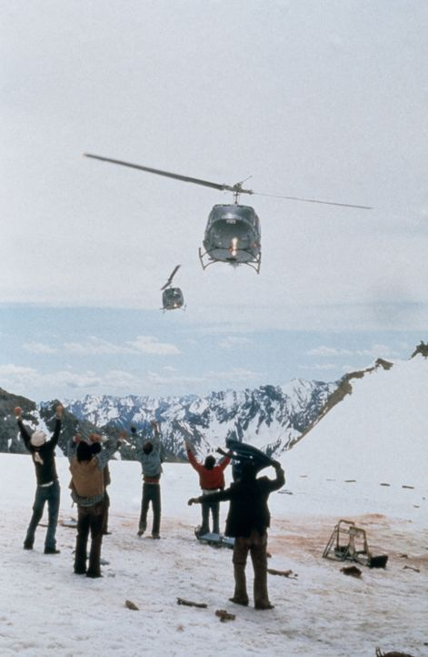 Die Rettung naht: Nach zehn Wochen in Eis und Schnee können die restlichen Überlebenden endlich mit einem Hubschrauber geborgen werden ... - Bildquelle: Buena Vista Pictures