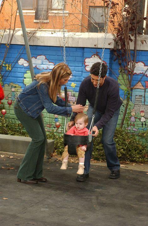 Als besorgte Mutter hat Rachel (Jennifer Aniston, l.) Angst, dass Emma (Darsteller unbekannt, M.) auf der Schaukel etwas zustoßen könnte. Ross (Davi... - Bildquelle: 2003 Warner Brothers International Television