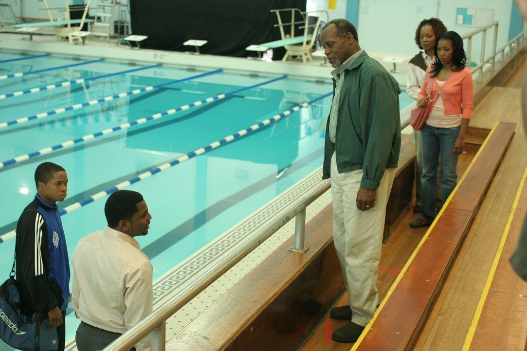 Pratt (Mekhi Phifer, 2.v.l.) nimmt sich ein Herz und geht zur Schwimmhalle, wo er seine neue Familie kennen lernen wird: Charlie (Danny Glover, M.),... - Bildquelle: Warner Bros. Television