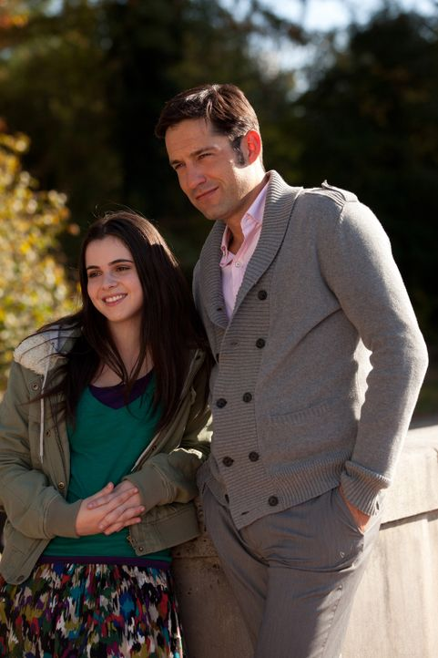 Sind glücklich, dass Raes Traum wahrgeworden ist: Immy (Vanessa Marano, l.) und Harry (Enrique Murciano, r.) ... - Bildquelle: Bob Mahoney CPT Holdings, Inc.  All Rights Reserved.     (Sony Pictures Television International)