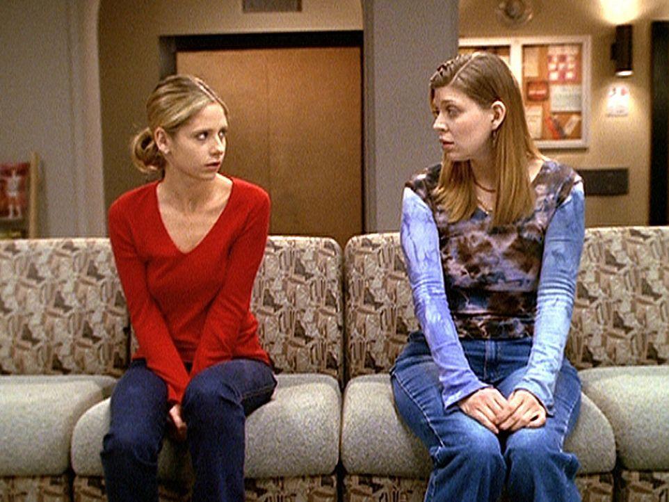 Tara (Amber Benson, r.) versucht, Buffy (Sarah Michelle Gellar, l. zu trösten, deren Mutter völlig unerwartet gestorben ist. - Bildquelle: TM +   2000 Twentieth Century Fox Film Corporation. All Rights Reserved.