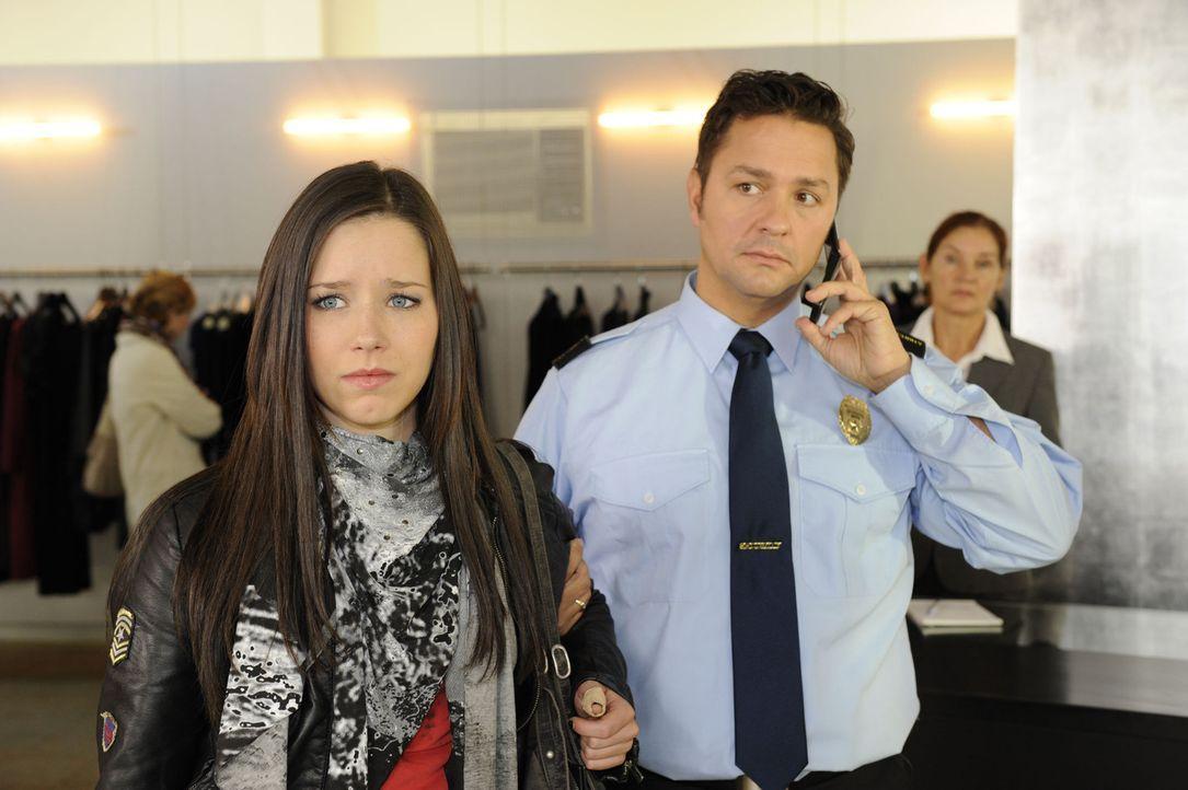 Luzi (Selina Müller, l.) will mit dem Klauen aufhören, doch Sophie überredet sie zu einem letzten Coup, der damit endet, dass sie vom Kaufhausdet... - Bildquelle: Christoph Assmann SAT.1