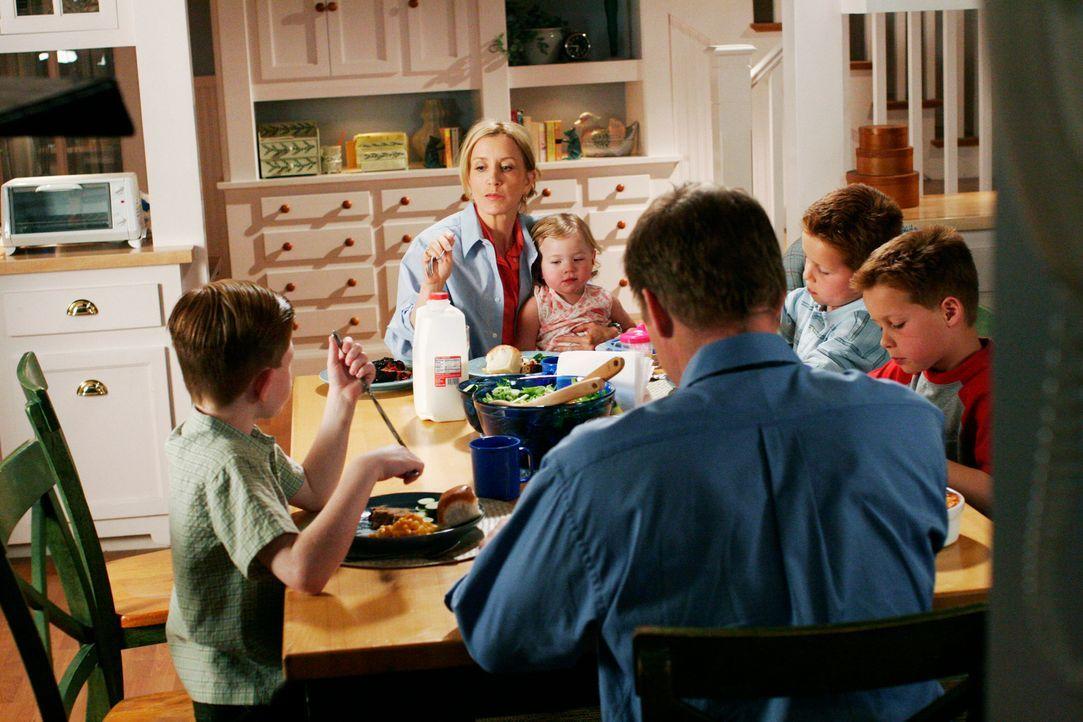 Lynette (Felicity Huffman, 2.v.l.) engagiert eine neue Mitarbeiterin, Veronica, die ihren fünfjährigen Sohn immer noch stillt. Da sie sie nicht davo... - Bildquelle: 2005 Touchstone Television  All Rights Reserved