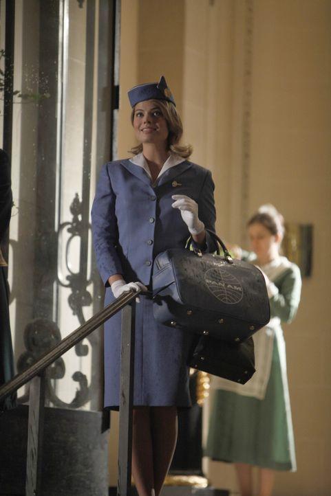 Die frisch gebackene Stewardesse Laura Cameron (Margot Robbie) kann es noch gar nicht glauben: sie ist tatsächlich weit weg von Zuhause ... - Bildquelle: 2011 Sony Pictures Television Inc.  All Rights Reserved.