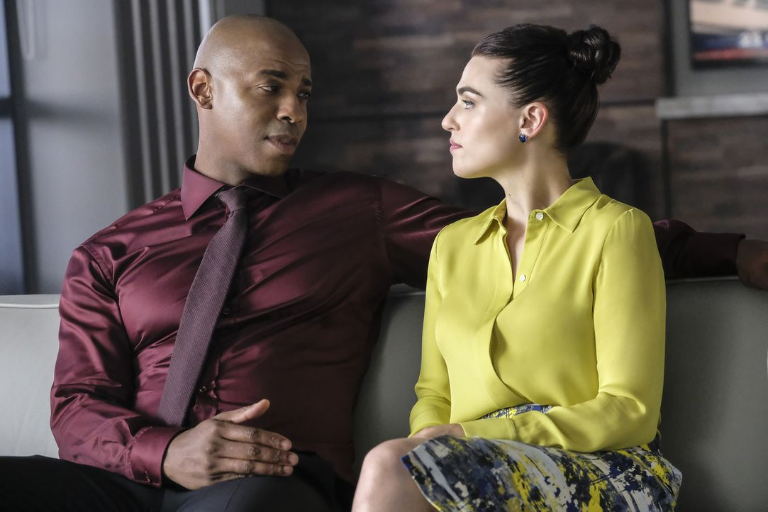 James (Mehcad Brooks, l.); Lena (Katie McGrath, r.) - Bildquelle: Bettina Strauss 2018 The CW Network, LLC. All Rights Reserved.