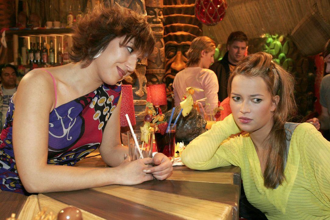 Hannah (Laura Osswald, r.) beklagt sich bei Yvonne (Bärbel Schleker, l.) über Timos und Kims Verhalten. Die durchschaut, dass Hannah ganz offensicht... - Bildquelle: Noreen Flynn SAT.1 / Noreen Flynn