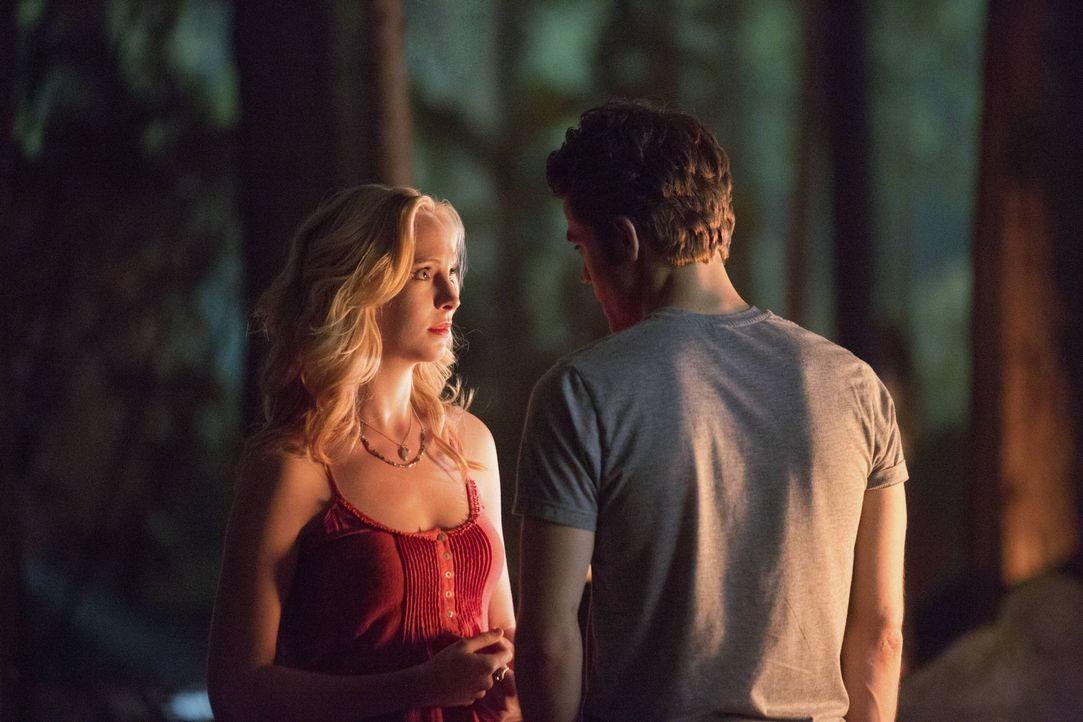 Was läuft da zwischen Caroline und Stefan? - Bildquelle: Warner Bros. Entertainment Inc.