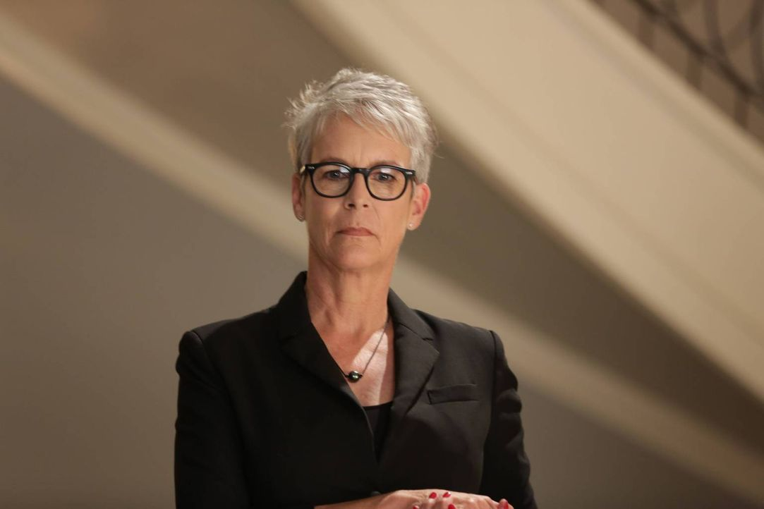 Nachdem alle glauben, dass die roten Teufel entweder tot oder weggesperrt sind, öffnet Dekanin Munsch (Jamie Lee Curtis) den Campus und auch das Kap... - Bildquelle: 2015 Fox and its related entities.  All rights reserved.