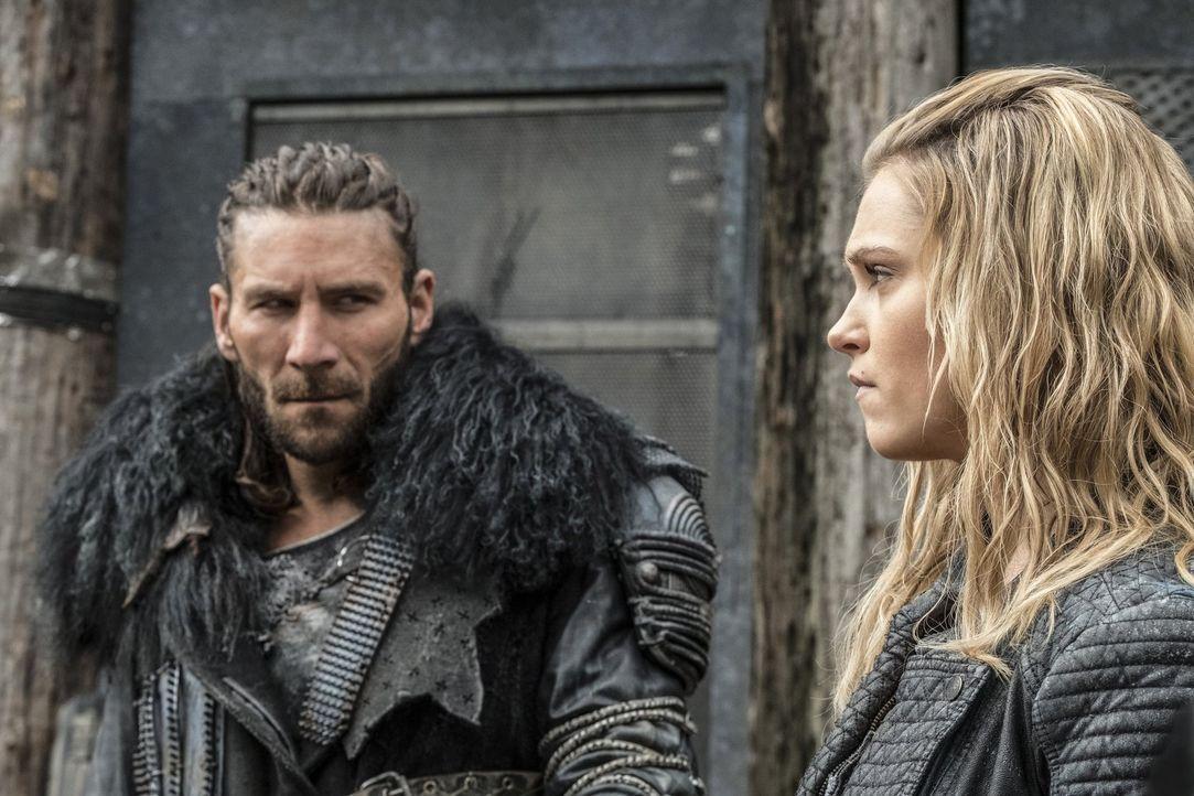 Roan (Zach McGowan, l.) und Clarke (Eliza Taylor, r.) müssen sich zusammenraufen, um gemeinsam ihre letzte Hoffnung auf Rettung in Feindesgebiet zu... - Bildquelle: 2016 Warner Brothers