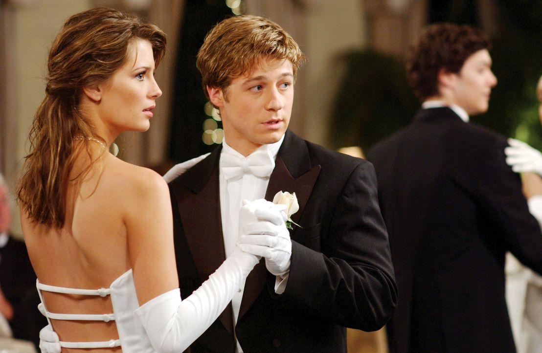Zwischen Ryan (Benjamin McKenzie, r.) und Marissa (Mischa Barton, l.) kommt es zu Verwirrungen ihrer Gefühle ... - Bildquelle: Warner Bros. Television
