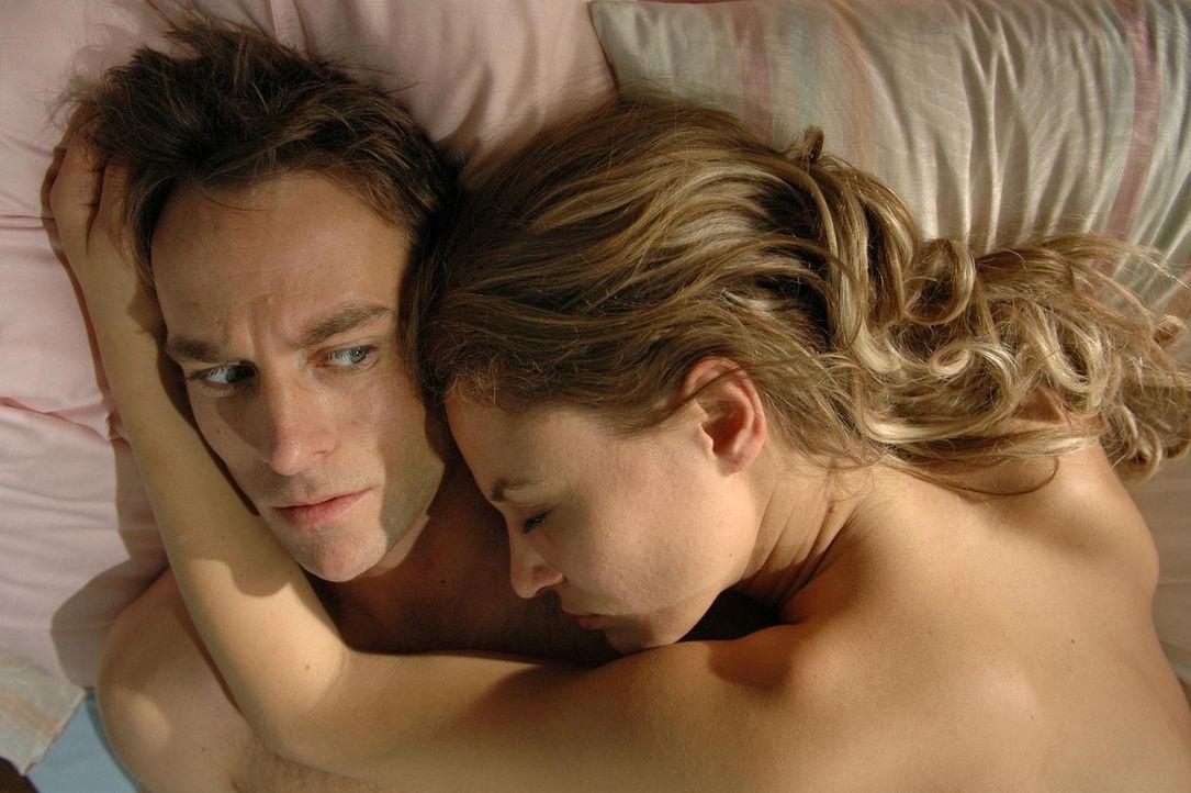 Bei Miriam (Julia Thurnau, r.) kann Max (Marco Girnth, l.) sofort mit seiner antrainierten Macho-Mentalität landen. Doch unglücklicherweise gehör... - Bildquelle: ProSieben