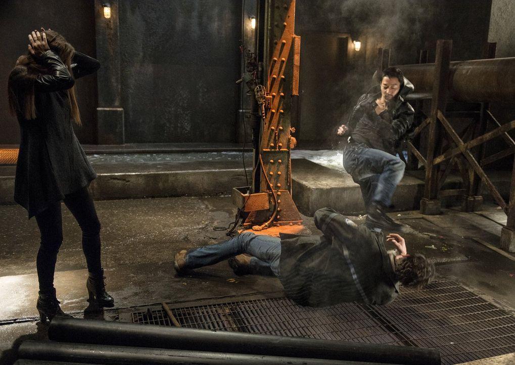 Als der Versuch den Verbrecher (Ben Cotton, M.) zu töten Cara (Peyton List, l.) unglaubliche Schmerzen zufügt, greift Russell (Aaron Yoo, r.) ein ..... - Bildquelle: Warner Bros. Entertainment, Inc