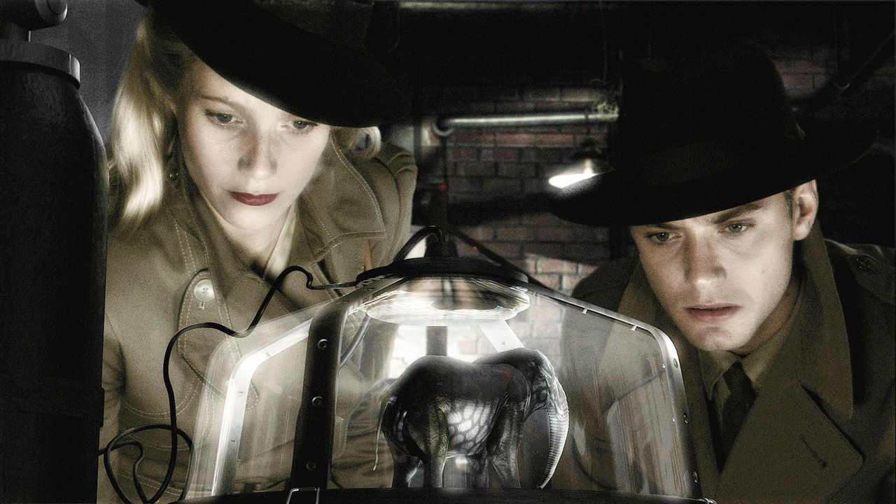 "Einzig ""Chronicle""-Reporterin Polly Perkins (Gwyneth Paltrow, l.) und Flieger-As Joe ""Sky Captain"" Sullivan (Jude Law, r.) können die M... - Bildquelle: TM & Copyright   Brooklyn Films II And Filmauro S.R.L."