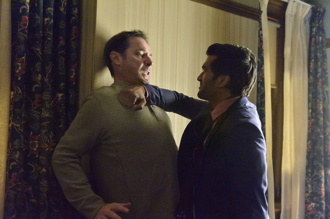 Um Vincent zu fassen, schreckt Gabe (Sendhil Ramamurthy, r.) vor nichts zurück, auch nicht vor einem Mord an Jack (Michael Rhodes, l.) ... - Bildquelle: 2013 The CW Network, LLC. All rights reserved.