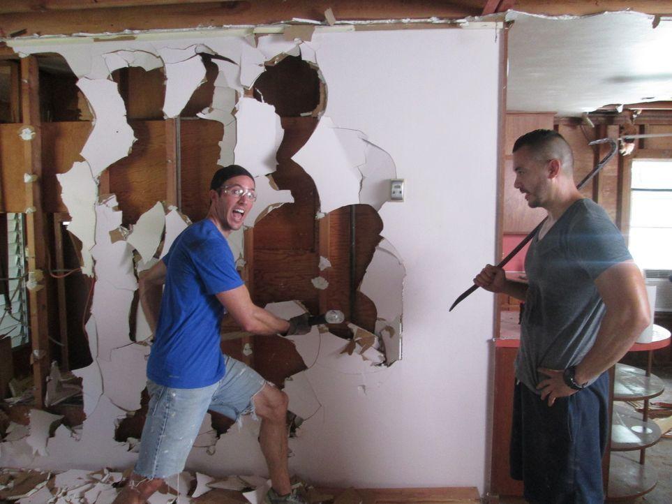 Die besten Freunde Tony (r.) und Blake (l.) haben all ihre Ersparnisse in den Kauf eines heruntergekommenen Hauses gesteckt, wollen es renovieren un... - Bildquelle: 2016,DIY Network/Scripps Networks, LLC. All Rights Reserved