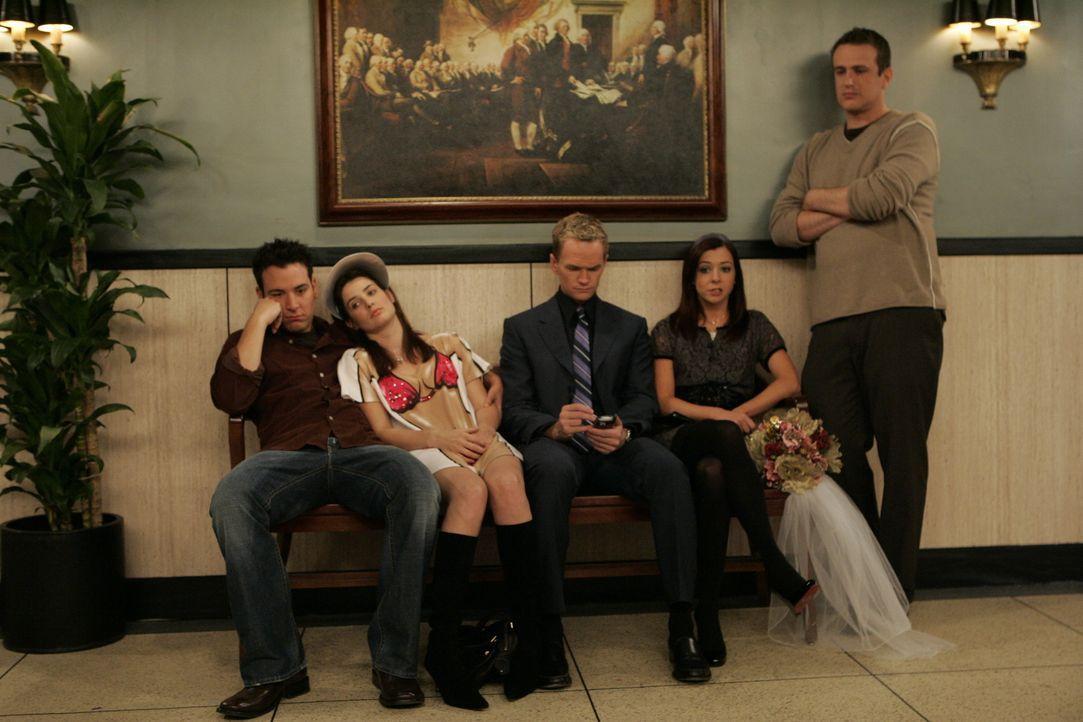 Verrückt: Marshall (Jason Segel, r.) und Lily (Alyson Hannigan, 2.v.r.) sind wieder zusammen und wollen heiraten. Um bei diesem Ereignis dabei zu se... - Bildquelle: 20th Century Fox International Television